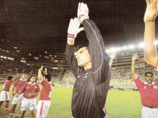 El saludo de Cienciano en el Monumental, comandado por un Óscar Ibáñez que ese día enfrentaba por primera vez al club en que pasó seis largas temporadas (Recorte: revista El Gráfico Perú)