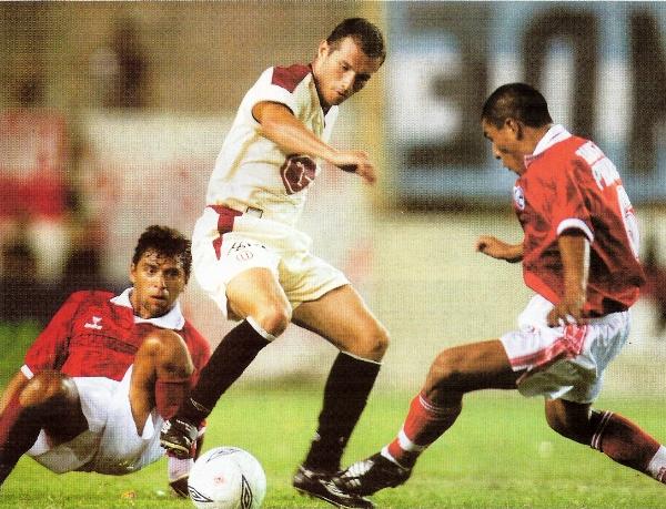 Jorge Artigas es encasillado por Juan Carlos Bazalar y César Ccahuantico. Fue el único refuerzo uruguayo que marcó diferencias en la 'U' de 2003 (Recorte: revista El Gráfico Perú)