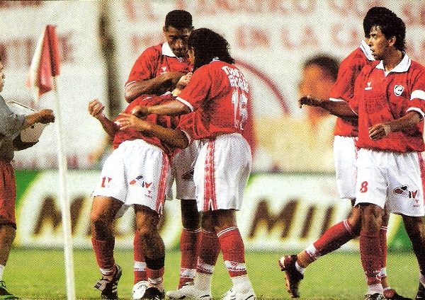 Ramón Rodríguez es felicitado por Germán Carty y Alessandro Morán. Aquel día, el 'Ratón' convirtió dos goles y fue figura (Recorte: revista El Gráfico Perú)