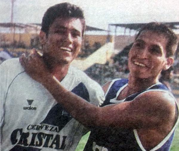 Roberto 'Malingas' Jiménez celebra su conquista, una con las que Alianza Atlético venció a Atlético Universidad en el Clausura 2003 (Recorte: diario El Comercio)