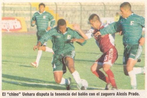 Ismael Pereda (derecha) va a la marca de Edwin Uehara junto a Alexis Prado en el partido que Wanka empató 2-2 con Atlético Universidad por el Clausura 2003. Pereda anotó para los huancaínos y Javier Cárdenas, para los granates (Recorte: diario Líbero)