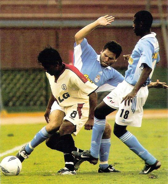 Cristal, con un novel Renzo Revoredo en el campo, goleó a Universitario cuyo equipo no pudo hacerle frente a la situación (Recorte: revista Don Balón Perú)