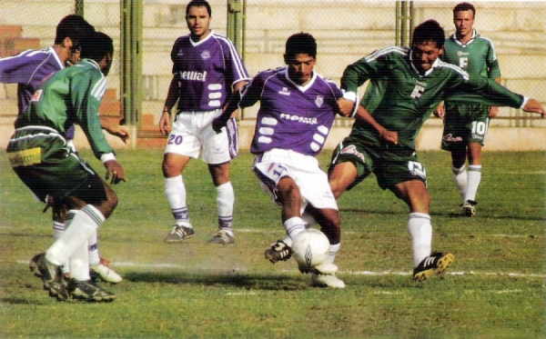 Imagen del partido que por el Torneo Clausura 2003 tuvo a Estudiantes de Medicina y Deportivo Wanka enfrentados en Villa El Salvador (Recorte: revista Don Balón Perú)