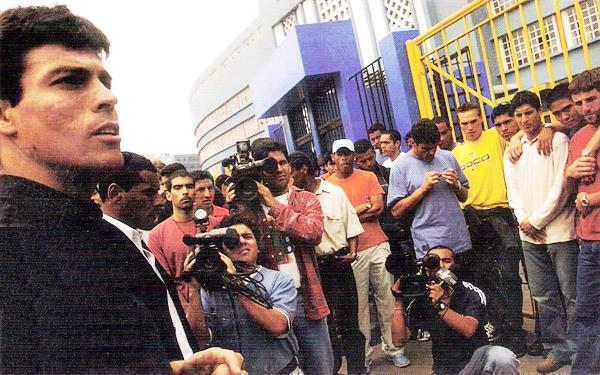 Los futbolistas en las afueras del estadio Nacional plantearon de forma definitiva su posición en torno al mal manejo de los equipos del fútbol peruano (Recorte: revista Don Balón Perú)