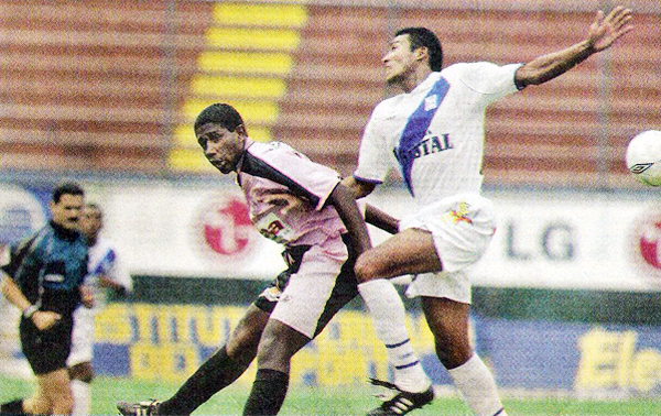 Boys y Alianza Atlético disputaron un encuentro que ganaron los rosados pero sin los jugadores del primer equipo (Recorte: diario El Comercio, suplemento Deporte Total)