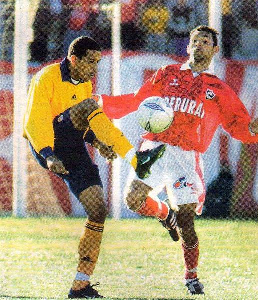 Jorge Soto domina el balón ante el acecho de Rodrigo Saraz en el empate a uno de los celestes de Wilmar Valencia en el Cusco (Recorte: diario Líbero)