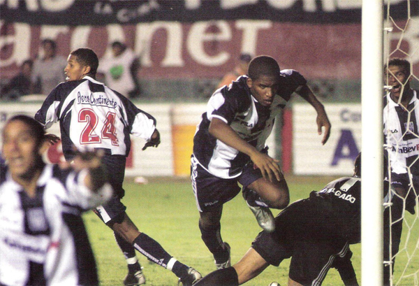 La 'Foquita' Farfán con la blanquiazul luego de haber anotado el gol que le dio a Alianza el título del año 2003 (Recorte: revista El Gráfico Perú)