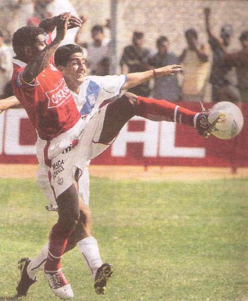 Germán Carty pelea el esférico con 'Manzanón' Hernández. El zaguero churre inauguró el marcador en un partido sui generis (Recorte: diario El Comercio / suplemento Deporte Total)