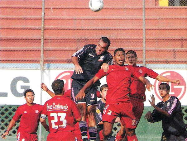 Contra Bolognesi, de visita en el estadio Nacional, Adippe disputó su último encuentro con los rosados (Recorte: revista El Gráfico Perú)