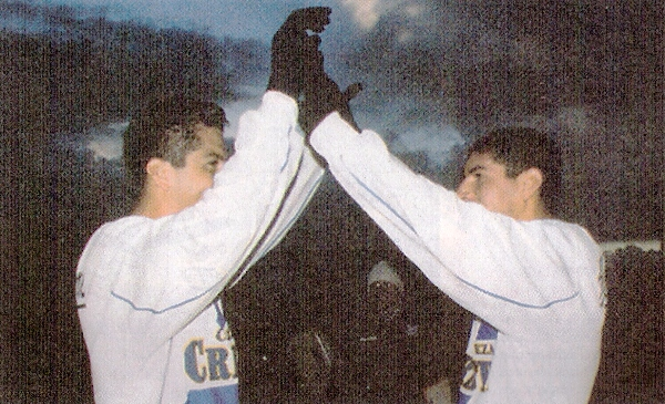 Con el cielo juliaqueño en penumbras, Juan Francisco Hernández y Fernando Masías celebran el importantísimo triunfo de Alianza Atlético sobre Cienciano, en cotejo válido por el Apertura 2004 (Recorte: diario El Bocón)