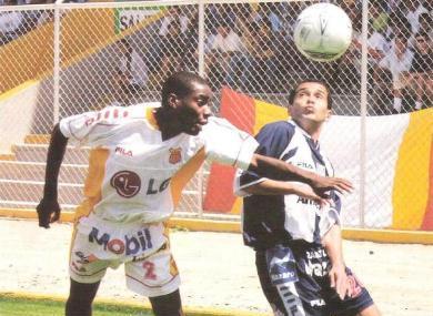 Aldo Olcese le gana el vivo a Rafael Farfán, la vez en que derrotó por 0-2 al Grau/Estudiantes en el estadio Miguel Grau de Piura, por el Clausura 2004
