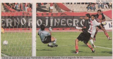 Instante en que Gerardo Gárate vence la resistencia de Héctor Hernández y estira la ventaja. En aquel partido de 2004, Melgar superó por 3-1 al debutante San Martín (Recorte: diario El Bocón)