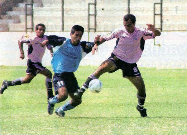 Aquí, ante la Vallejo, el delantero uruguayo pelea por controlar un balón (Recorte: diario Líbero)