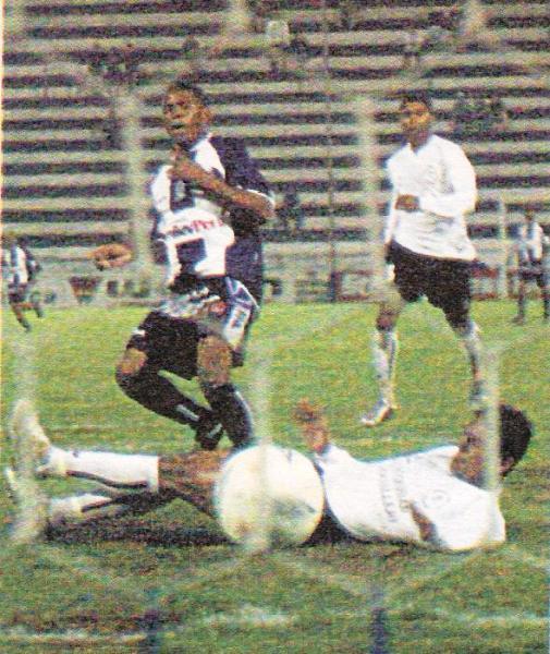 Gol de Wilmer Aguirre a la Universidad César Vallejo en el Clausura 2004. Ganó Alianza 2-1. (Recorte: diario El Bocón)