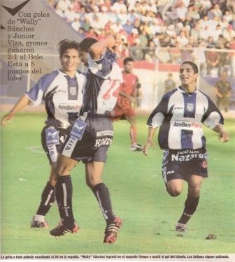 'Wally' Sánchez festeja con Luis Fernando Saritama y Guillermo Salas su gol a Bolognesi en el Clausura 2004 (Recorte: diario Líbero, 22/11/04 p. 2)