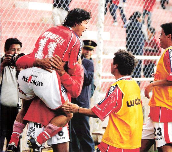 La roja de Cienciano fue la chompa que más veces vio celebrar las conquistas del 'Checho' Ibarra en lo que va de su carrera (Recorte: revista El Gráfico Perú)