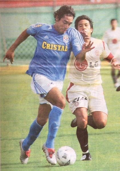 Juan Cominges le gana el vivo a José Pereda, la tarde en que Cristal, con gran actuación de la 'Jirafa' derrotó a Universitario -dirigido por Luis Reyna- por 4-2 (Recorte: diario El Comercio)