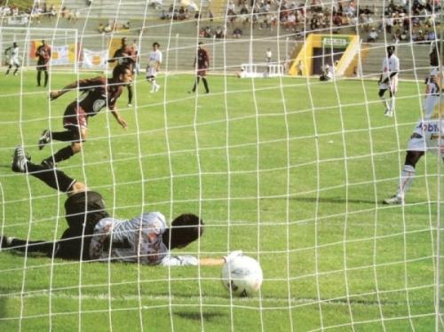 Michael Guevara le anota a Grau-Estudiantes jugando para la 'U' en el Clausura 2004. (Recorte: revista El Gráfico Perú)