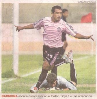 Alfredo Carmona celebra su gol ante Diego Penny, la vez cuando abrió el camino de la goleada de Boys 5-2 sobre Bolognesi en el Clausura 2005 (Recorte: diario El Comercio, suplemento Deporte Total, 23/12/04 p. 4)