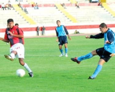 Cristian Ortiz ensaya un remate sobre el arco de Melgar la tarde que Vallejo venció 1-0 al cuadro arequipeño por el Clausura 2004 (Foto: libero.com.pe)