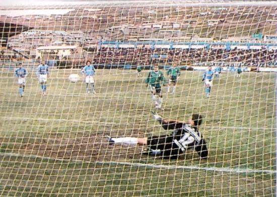 Gol de penal de Carlos 'Kukín' Flores en Cerro de Pasco jugando por Deportivo Wanka frente a Sporting Cristal, por el Clausura 2004 (Recorte: diario El Bocón)
