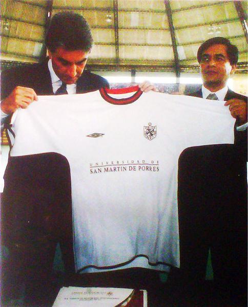 La camiseta alba de la San Martín no se habría hecho presente en el Descentralizado cuando el club de Santa Anita comenzó su proyecto con Juan Carlos Oblitas (Recorte: revista El Gráfico Perú)