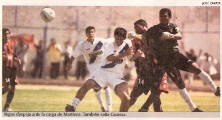 Johhny Vegas y Rivelino Carassa defienden el arco de Melgar ante la carga del sullanense Diego Martínez, la tarde que el 'Dominó' igualó ante Alianza Atlético en Sullana 1-1 por el Apertura 2005 (Recorte: diario El Bocón, 11/04/05 p. 14)