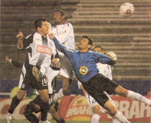 Johan Fano se anticipa a 'Flemita' Pérez y Roverano, la noche en que Alianza y San Martín igualaron 1-1, por el Apertura 2005 (Recorte: diario El Bocón)