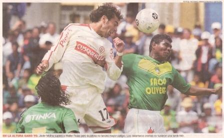 Javier Molina y Walter Rojas disputan un balón durante el empate a cero entre Áncash y la 'U' en el Apertura 2005 (Recorte: diario El Comercio, suplemento Deporte Total, 17/03/05 p. 2)