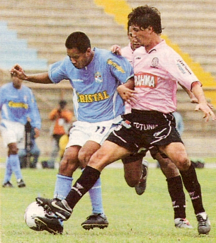 Jean Ferrari disputa el balón con Henry Quinteros durante el empate 1-1 entre Boys y Cristal en el estadio de San Marcos por el Apertura 2005 (Recorte: diario El Comercio, suplemento Deporte Total)
