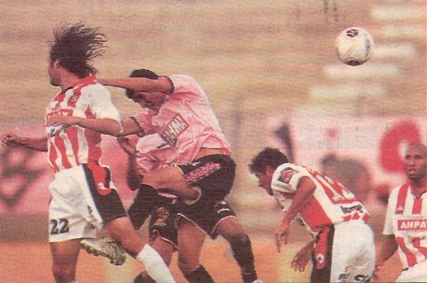 Víctor Rossel al salto con 'Lalo' Uribe en el triunfo de Boys sobre Huaral en el Clausura 2005, sexto consecutivo de los rosados sobre el cuadro naranjero en el Miguel Grau. (Recorte: diario El Bocón)