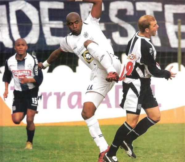 Roller Cambindo va sobre la marca del paraguayo Ávalos, la vez en que Alianza y San Martín igualaron 0-0 en Matute, por el Clausura 2005 (Recorte: revista El Gráfico Perú)