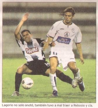 Miguel Rebosio disputa el balón con Federido Lagorio en partido por el Clausura 2005, el día en que Alianza Cayó 0-1 ante la Vallejo y acumuló su noveno partido sin ganar (Recorte: diario Líbero)