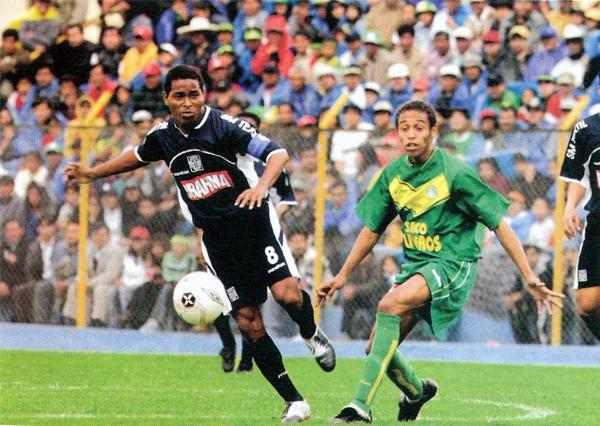 El último encuentro oficial en el que Alianza Lima vistió una indumentaria azul fue en el Apertura 2005, cuando cayó por 1-0 ante Sport Áncash en Huaraz (Recorte: revista El Gráfico Perú)