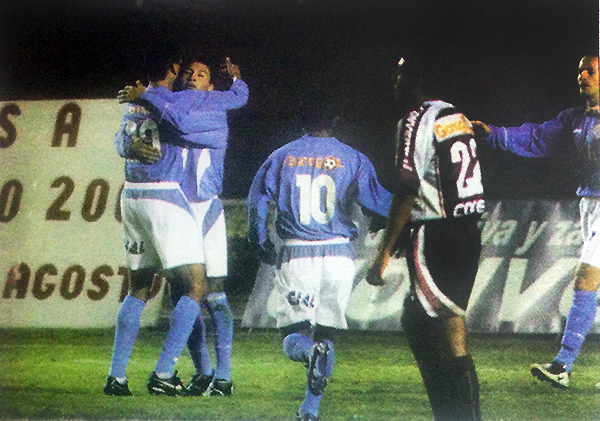 El abrazo de Carlos Zegarra a Zúñiga luego del gol de este en la valla de Atlético Universidad en el Clausura 2005. (Recorte: diario Líbero)