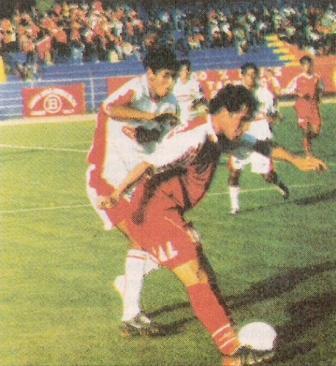 Roberto Demus en acción la última tarde en que le había anotado a Melgar en el Basadre, por el Clausura 2005 (Recorte: diario Líbero, 07/08/05 p. 13)