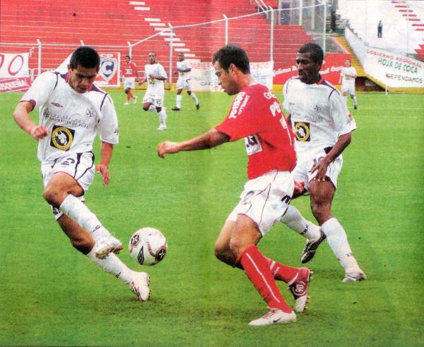 El 'Chino' Jorge Huamán cubre su banda ante la arremetida de Julio García la vez que la San Martín y Cienciano quedaron 2-2 en 2005 (Recorte: diario Líbero)