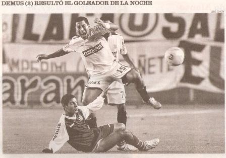 Luis 'Manzanita' Hernández barre a Mario 'Machito' Gómez la noche que Bolognesi, con dos goles de Roberto Demus, venció 1-2 a la 'U' en el Monumental por el Clausura 2005 (Recorte: diario El Comercio, suplemento Deporte Total, 25/09/05 p. 5)