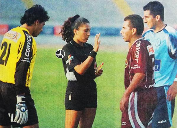 Silvia Reyes, junto a Francisco Pizarro y Juan Montenegro, en su primer año como árbitra profesional: 2005. (Recorte: diario El Bocón)