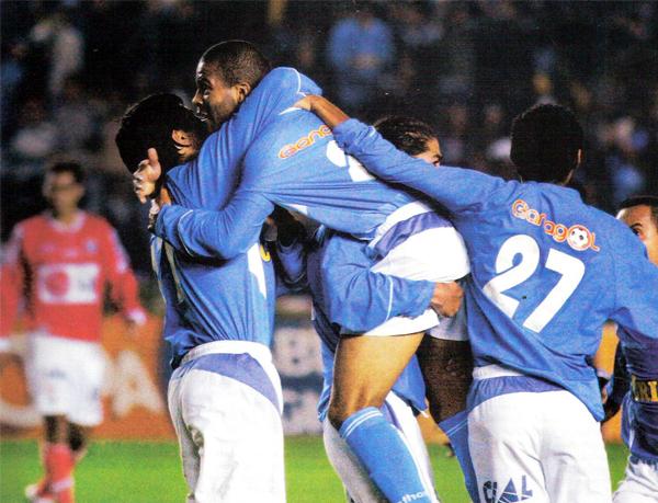 Cuando Cristal celebraba el título de 2005, ya estaba la '27' de Lobatón en la foto. Se hará extrañar en el Rímac. (Foto: revista El Gráfico Perú)