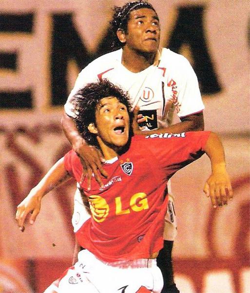 Una vez no le bastó a Miguel Mostto con ser el goleador del campeonato. Al final, sus goles le valieron irse al Barnsley de Inglaterra (Recorte: revista El Gráfico Perú)