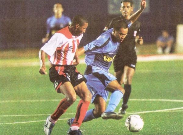 Adán Balbín disputa el balón con Henry Quinteros, la vez en que Cristal jugó en Lima como visitante ante un equipo provinciano; en este caso, con Unión Huaral (Recorte: diario El Bocón)