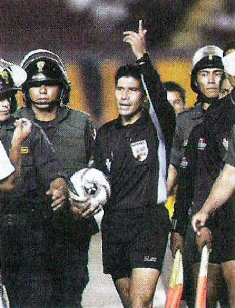 La custodia policial delata la discutida labor de Manuel Garay el día que Cristal le ganó a Universitario en el Nacional (Recorte: diario El Comercio, suplemento Deporte Total)