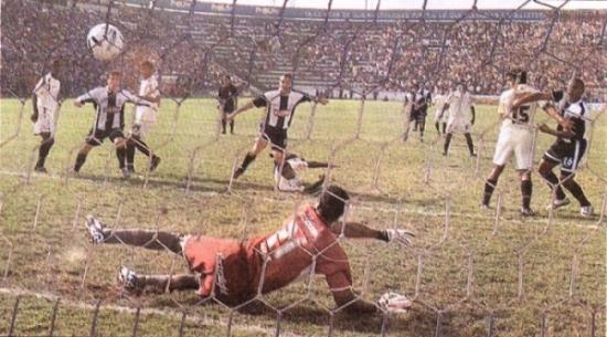 El gol de Roberto Silva a Juan Flores en el Clausura 2006: la última victoria de Alianza sobre Universitario en Matute, hace ya cinco años. (Recorte: diario El Bocón)