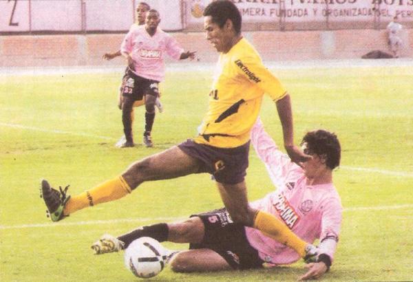 Carlos Lobatón supera a Jean Ferrari en un Cristal - Boys del Clausura 2006 en el que el 'Loba' se hizo presente en el marcador. Aquella vez, los celestes vencieron por 0-1 (Foto: Recorte: diario Líbero)