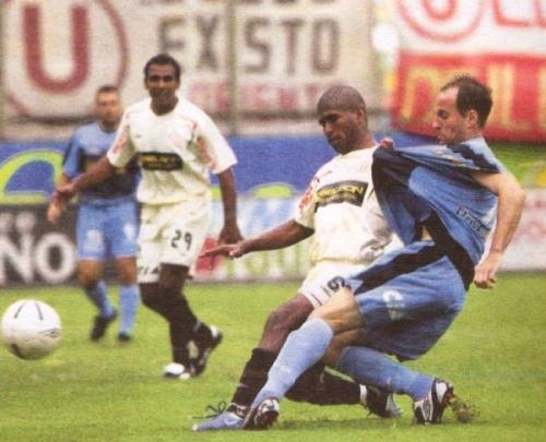 Luis Alberto Bonnet lucha el balón con José Mendoza en el Universitario 0 - Cristal 0 del Clausura 2006. (Recorte: diario El Comercio, suplemento Deporte Total)