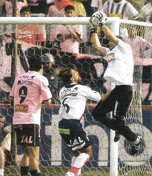 Fernando Martinuzzi, aquí cortando un avance de Martín Arriola, acabó como el héroe de la tarde en Matute (Recorte: revista El Gráfico Perú)