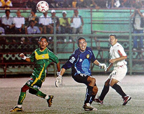 Pablo Pérez hace vista ante el disparo de Johan Fano. Sin embargo el balón no entraría y el encuentro acabaría 0-0 en el Nacional (Recote: diario El Bocón)