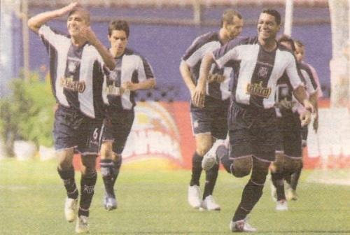 Junior Viza inicia su festejo tras el madrugador gol que le convirtió a Sport Boys, por la primera fecha del Apertura 2007 (Recorte: diario Líbero)