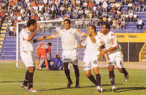 Celebración de Mayer Candelo y compañía en el triunfo de la 'U' por 2-3 ante Bolognesi en Tacna, con una tendencia en la sucesión de goles parecida a la del último domingo en Tarapoto (Recorte: diario El Bocón)